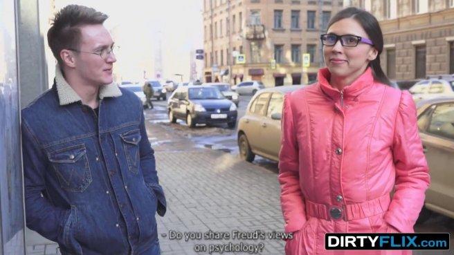 Турист приехал в гости к незнакомке в очках и поимел ее на диванчике prew 1