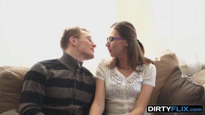 Турист приехал в гости к незнакомке в очках и поимел ее на диванчике prew 2