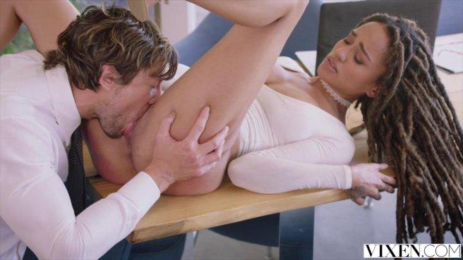 Мулатка падает на колени перед агентом по недвижимости и глотает его крупный член prew 3