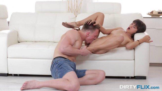 Пацан долго ласкает влажным языком теплое влагалище сексуальной девушки prew 4