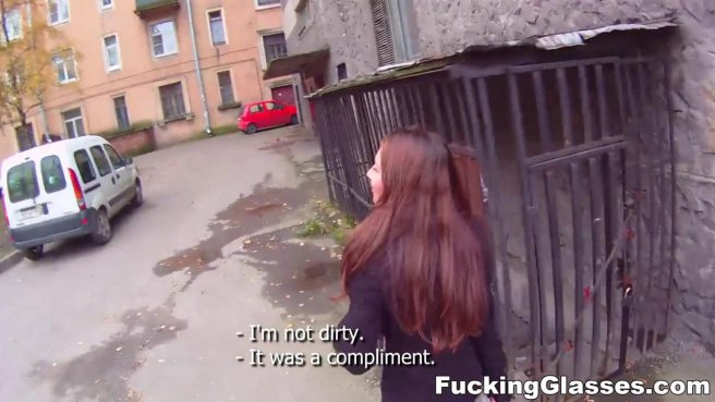 Турист на улице пихает в горло девушки с каштановыми волосами толстую палку prew 2