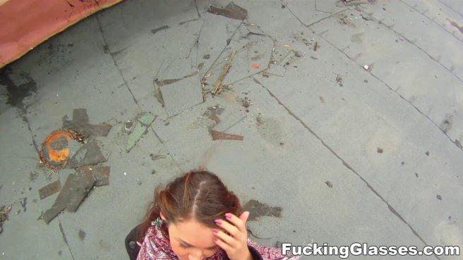 Турист на улице пихает в горло девушки с каштановыми волосами толстую палку prew 4