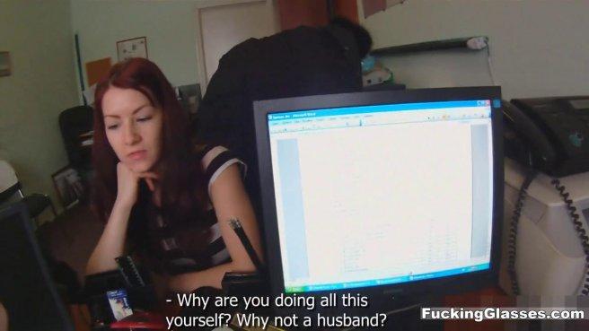 Девка ебется с программистом перед вебкамерой и кончает на бритой елде prew 2