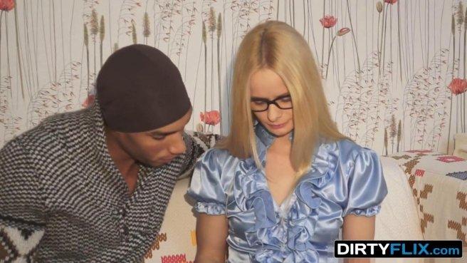 Эрик в черной шапке сидит на диване и заставляет блонди в очках глотать его сочный хуй prew 2