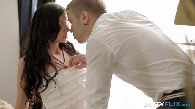 Парень снимает брюки, задирает на подруге платье и нежно имеет небольшим членом в вагину prew 1
