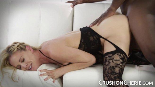 Чернокожий электрик вскрывает клиентке в черных колготках узкую белую вагину на диване prew 3