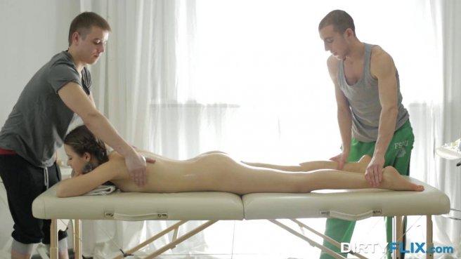 Голая девка принимает члены двух спортивных массажистов и пьет теплую кончу prew 1