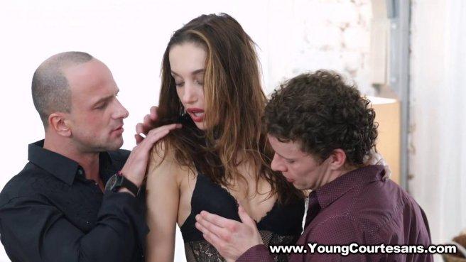 Девушка с черным ошейником справилась с двумя хуями мужиков в анусе prew 2