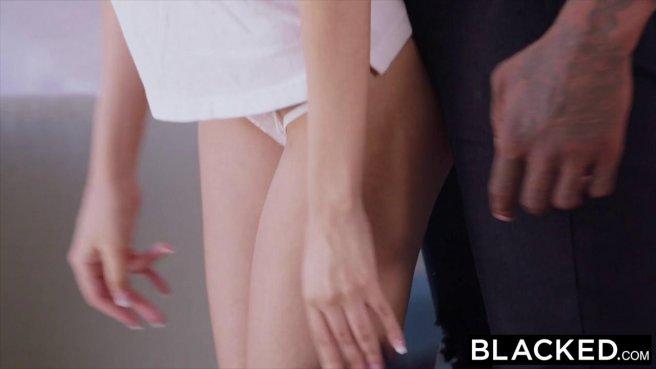 Баскетболист ставит белую фанатку на колени и водит черной огромной дубиной ей по губам prew 3