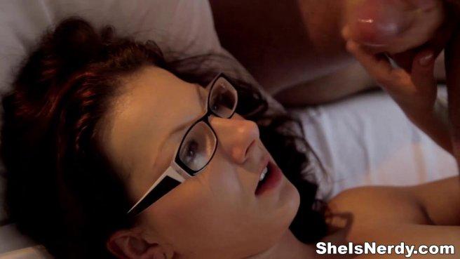 Женатик охотно кидает палку в пиздень татуированной нянечки на кровати prew 10