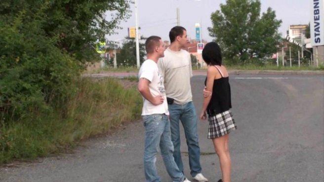 Девушка посреди дороги ебется раком с двумя хуястыми парнями prew 1