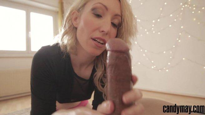 Блондинка на камеру дрочит толстый черный пенис мягкими ладонями prew 3