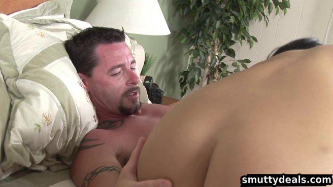Брюнетка стягивает одеяло с папаши мужа и впивается губами в его утренний стояк prew 2