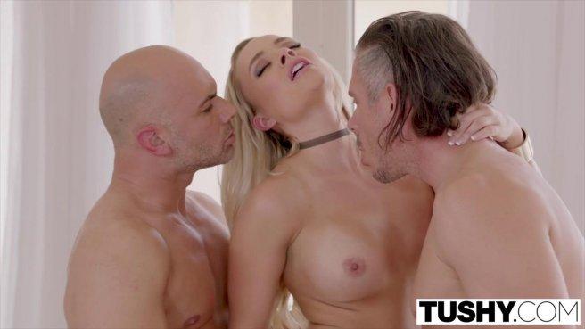 Блонди ебется с зрелыми мужиками анально в два члена ради повышения на работе prew 9
