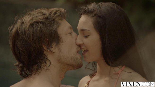 Сексуальная пара в бассейне наслаждается оральным сексом prew 3