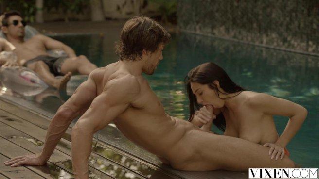 Сексуальная пара в бассейне наслаждается оральным сексом prew 4