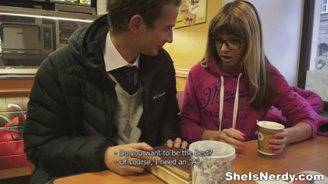 Студентка активно глотает член приятеля и хочет принять его раком на синем диване prew 2