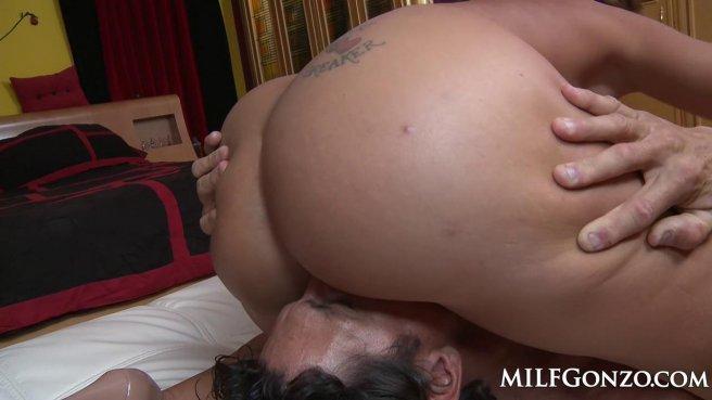 Милфа прыгает бритой щелью на члене и трясет искусственными дойками prew 3