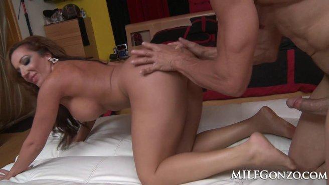 Милфа прыгает бритой щелью на члене и трясет искусственными дойками prew 7
