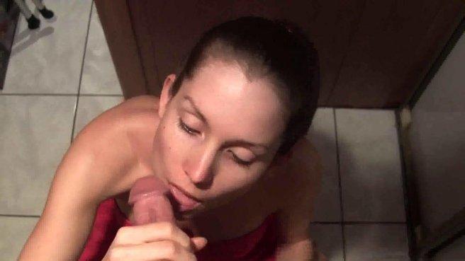 В общественном туалете красивая дама глотает член незнакомца до яиц prew 3