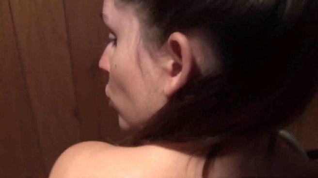 В общественном туалете красивая дама глотает член незнакомца до яиц prew 6