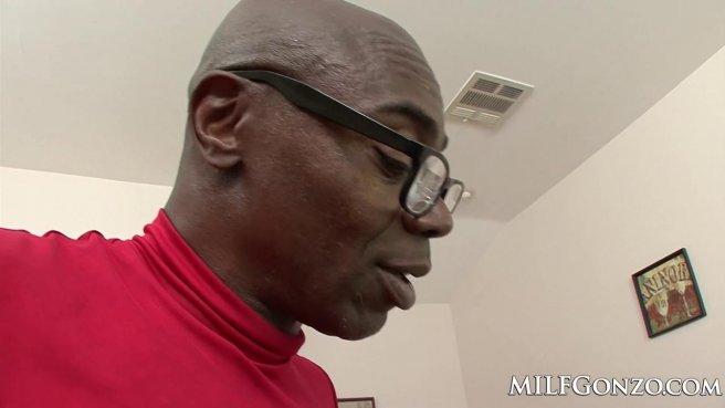Черный мужик в очках и красной футболке пихает в белую соседку крепкий елдак prew 10