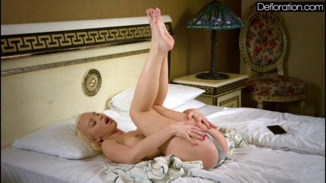 Блондинка нежно мнет пальцами через трусишки теплую половую щелочку prew 5