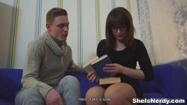 Очкастая учительница трахается на синем диване с лучшим студентом prew 2
