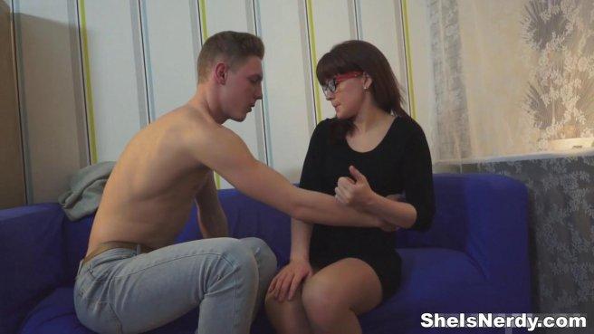Очкастая учительница трахается на синем диване с лучшим студентом prew 4