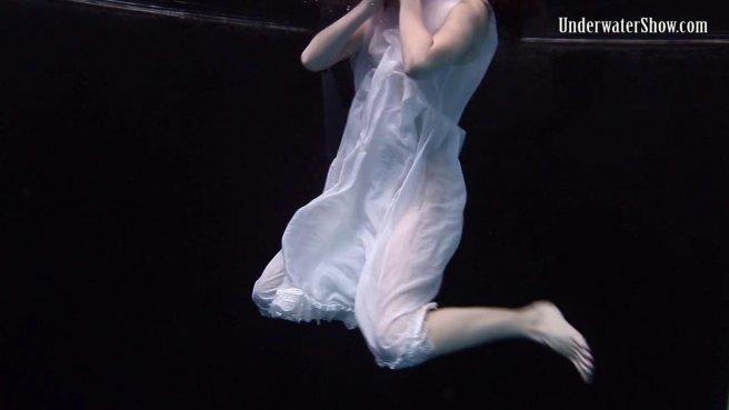 Модель в белом платье под водой позирует и светит писюлей и упругими сисями prew 1