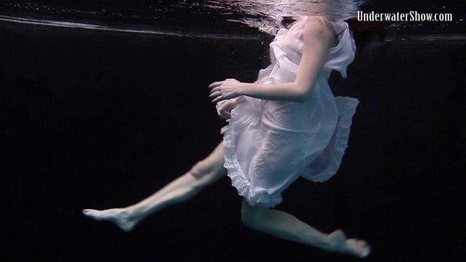 Модель в белом платье под водой позирует и светит писюлей и упругими сисями prew 3