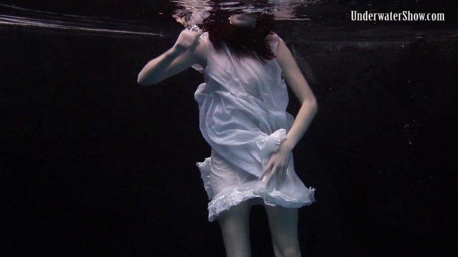 Модель в белом платье под водой позирует и светит писюлей и упругими сисями prew 4