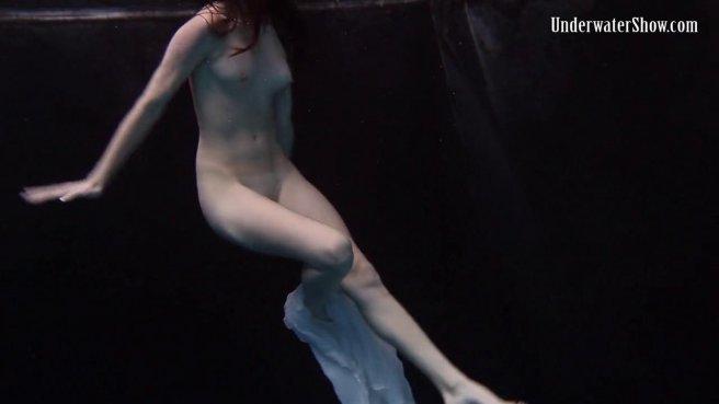 Модель в белом платье под водой позирует и светит писюлей и упругими сисями prew 8