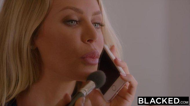 Блондинка с торчащими сиськами полирует влагалищем елдак негра prew 1