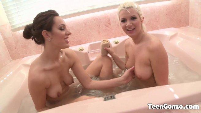 Две сисястые в ванне моются и вылизывают теплые клиторки перед дрочкой prew 1