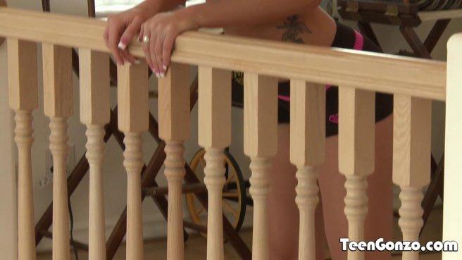 Мужик на лестнице выебал раком девушку сына и слил на нее спермак prew 1