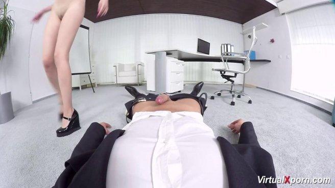 Офисный работник в костюме достал член из ширинки и поебал секретаршу в писю prew 6
