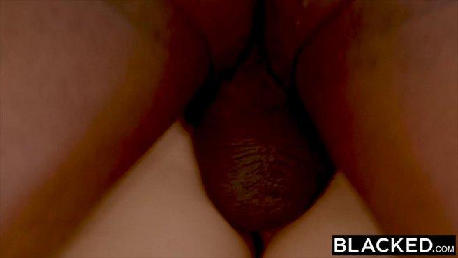 Черный на диване глубоко таранит бритой дубиной мягкую писюлю девушки prew 8