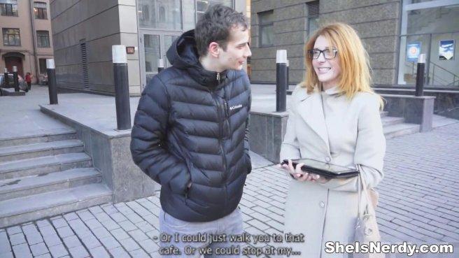 Рыжуля в очках раком принимает пенис нового знакомого без гондона prew 1