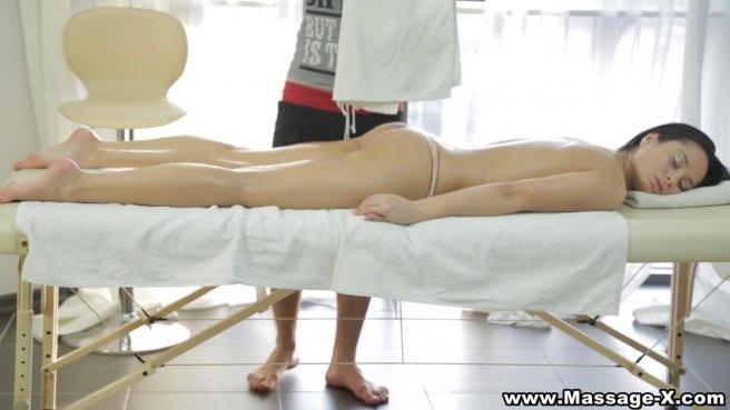 Массажист глубоко таранит небольшой писей ротик и вагину клиентки prew 2