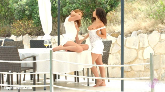Девушки на белоснежной софе полируют губками анусы и писюли друг дружки prew 2