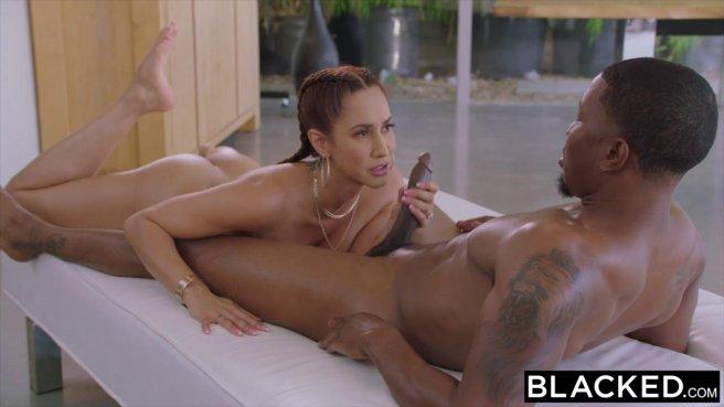 Девушка с двумя косичками наслаждается тонким черным пенисом ебаря prew 5