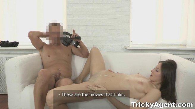 Пузатый агент натягивает перед камерой рот и вагину актрисы на елду prew 10