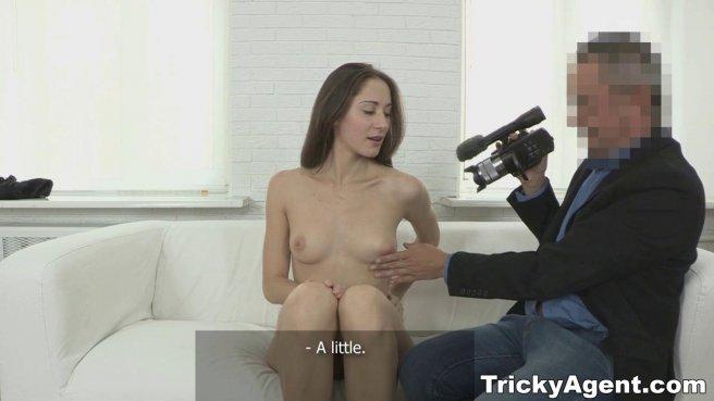 Пузатый агент натягивает перед камерой рот и вагину актрисы на елду prew 4