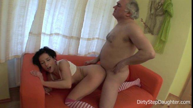 Седой мужик полирует тонким пенисом вагину студентки в полосатых гетрах prew 7