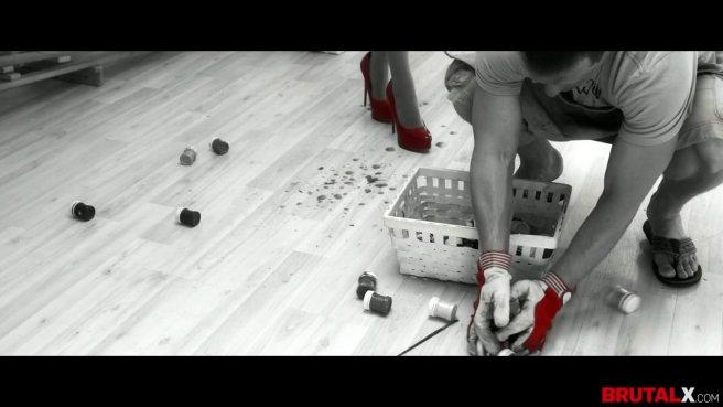 Девка в красных туфлях прямо в одежде занялась сексом с директором на полу prew 1