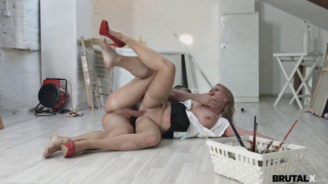 Девка в красных туфлях прямо в одежде занялась сексом с директором на полу prew 5