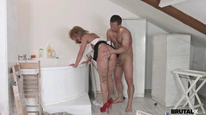 Девка в красных туфлях прямо в одежде занялась сексом с директором на полу prew 7
