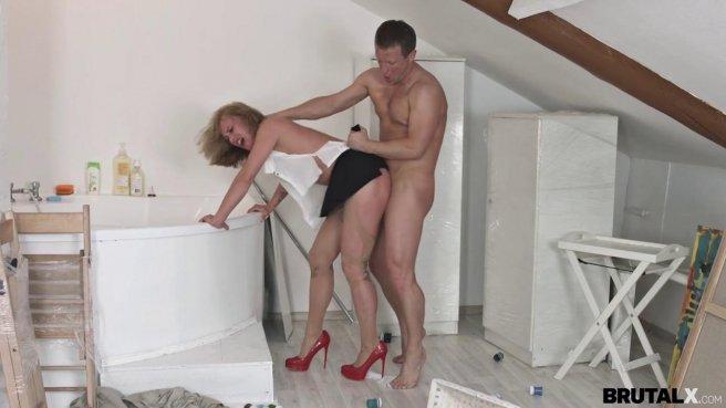 Девка в красных туфлях прямо в одежде занялась сексом с директором на полу prew 8