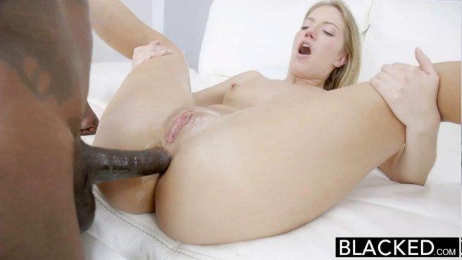 Черный пенис глубоко разминает вагину и анус белой красивой девицы prew 7